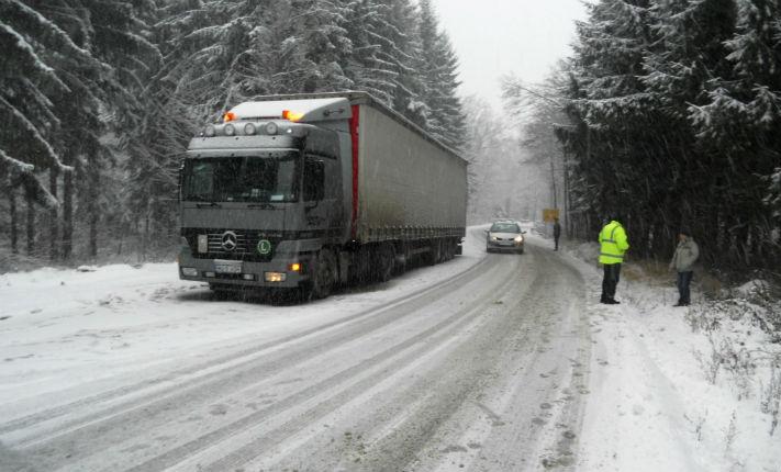 Probleme de trafic intre Prahova si Brasov. Pe toate rutele se circula greu din cauza zapezii