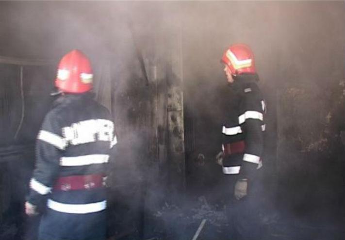 Drama la o casa din orasul Baicoi. Pompierii care au intervenit la incendiu au gasit o victima