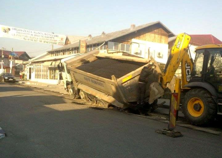 Un camion a intrat la propriu in asfalt, pe o strada din Urlati