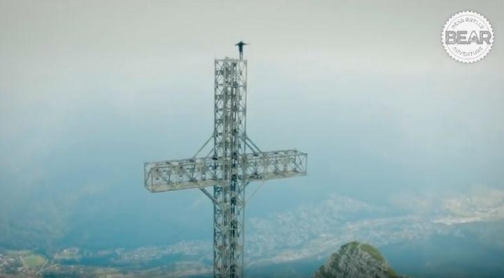 Un roman a fost difuzat in emisiunea lui Bear Grylls dupa ce s-a urcat pe Crucea Caraiman, din Busteni (VIDEO)