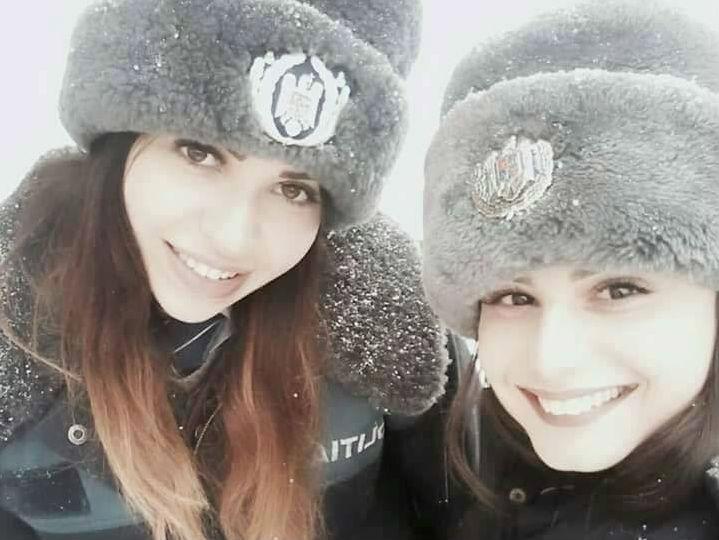 Poza selfie facuta de doua eleve de la Scoala de Politie Campina, cea mai vizualizata pe pagina Politiei Romane