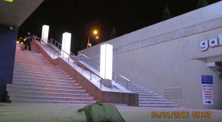 Un ploiestean curata singur scarile din zona centrala a municipiului Ploiesti, de doi ani (VIDEO)
