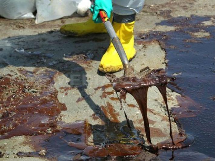 Poluare accidentala la Baicoi, in cartierul Tufeni: produse petroliere  au afectat 500 mp