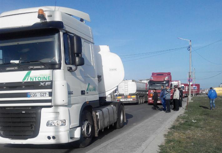 Parcul Industrial Ploiesti a fost blocat, luni, de TIR-urile care asteptau sa intre in vama