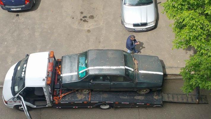 Celebra masina din Ploiesti, peste care s-a tras o dunga destinata trotuarului, a fost ridicata in sfarsit