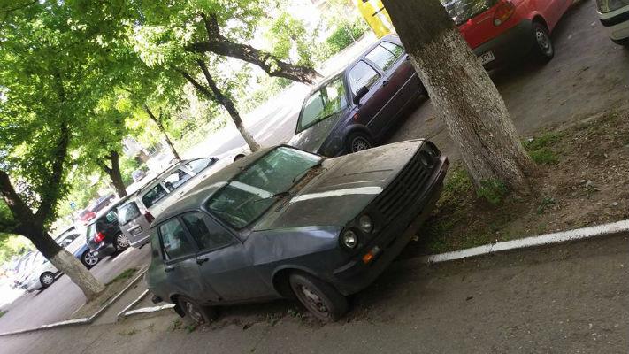 """Caz real, demn de Ploiestiul lui Caragiale: Un autoturism abandonat a fost """"dungat"""" de un Dorel"""