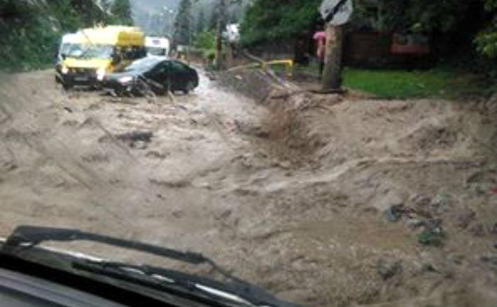 Asta a fost la Sinaia, pe DN1, dupa o ploaie torentiala: Puhoaiele au oprit traficul complet !