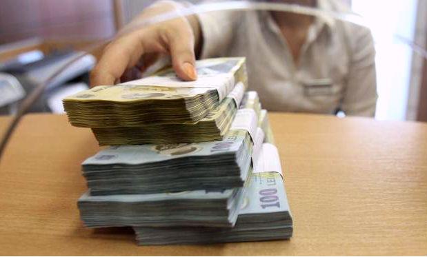 O angajata a OTP Bank Ploiesti a sustras bani din conturile clientilor si risca sa stea dupa gratii