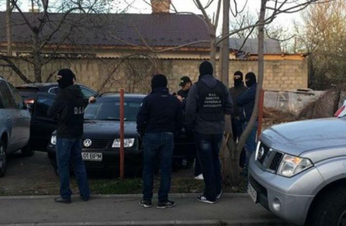 Doi agenti de la Serviciul de Inmatriculari Permise Prahova si-au recunoscut vina. Unul a luat mita de 52 de ori!