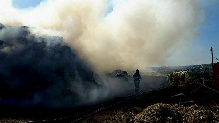 Incendiu puternic in comuna Paulesti. Fumul se vedea de pe DN1 (FOTO si VIDEO)