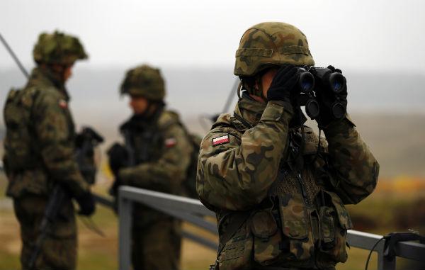 Hackeri rusi au furat date din telefoanele soldatilor NATO, ca sa-i santajeze