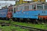 Traficul feroviar prin statia CFR Ploiesti Vest a fost reluat partial. Se lucreaza la indepartarea pasarelei cazute pe linii (VIDEO)