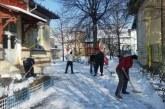 Ploiesti: Beneficiarii ajutoarelor sociale, pusi sa dea la lopata pentru a indeparta zapada si gheata