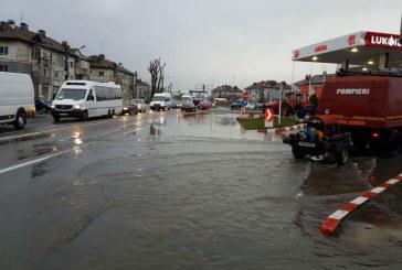 Inundatii in Prahova, pe raza a doua localitati. Pompierii au intervenit cu motopompe (FOTO)