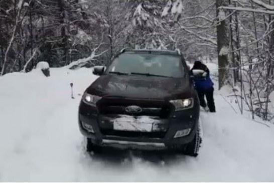 Sinaia: Ce se intampla cand te crezi smecher? Te salveaza Jandarmeria Montana… (VIDEO)